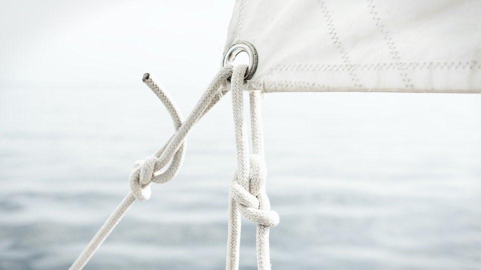 Imagen nudo de pesca sujetando una vela