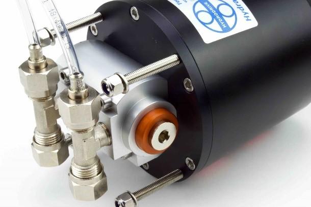 Imagen de detalle de la Dirección Hidráulica Intraborda Hydrodrive MU75TF-MRA hasta 12m